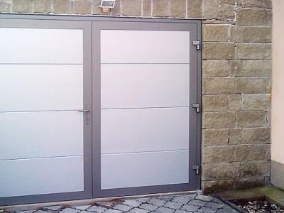 Dvoukřídlá vrata s panely design hladký, vodorovné uspořádání